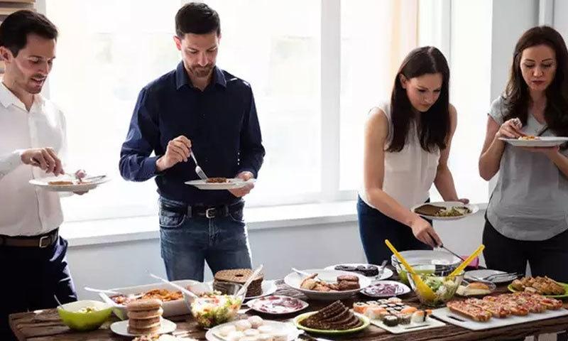 کھڑے ہوکر کھانا کھانے سے نظام ہاضمہ متاثر ہوسکتا ہے، ماہرین—فوٹو: اکانامکس ٹائمز