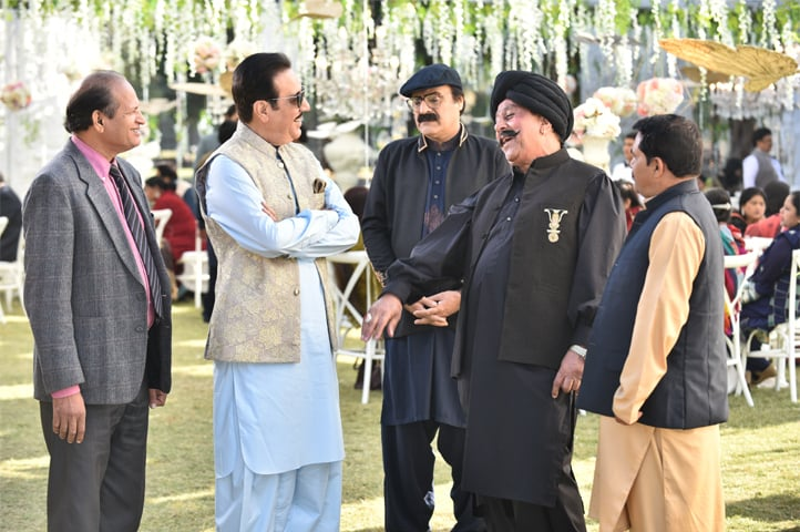 Javed Sheikh as Gul Nawaz, Mahmood Aslam, Shafqat Cheema and others