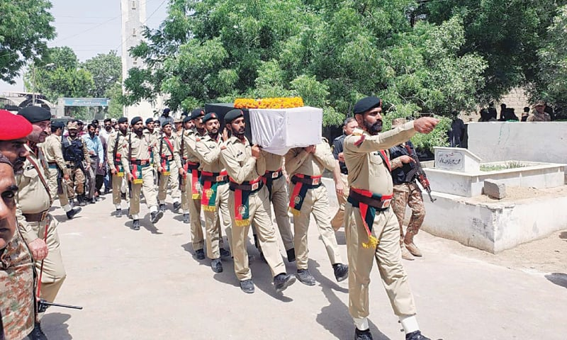 KARACHI: Army personnel carry the coffin of Major Moeez Maqsood Baig for burial at a graveyard on Saturday.—PPI
