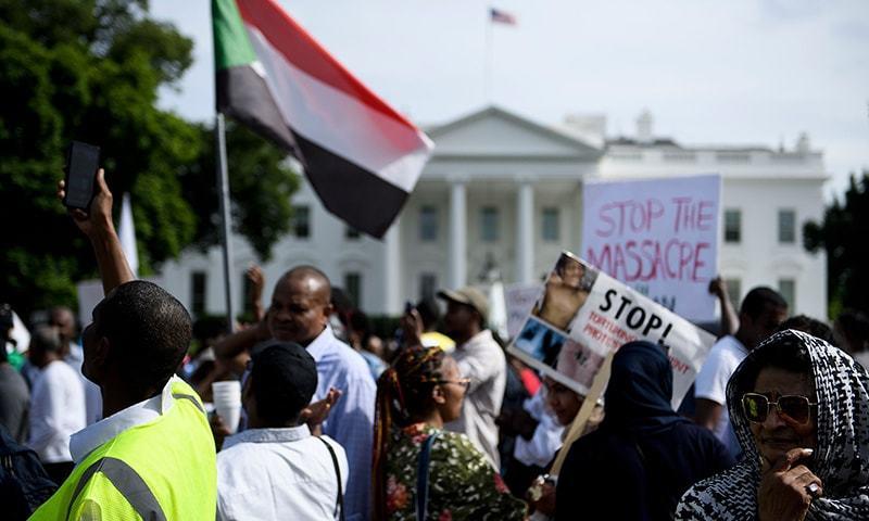 سول نافرمانی کی پرامن مہم کسی بھی طاقتور کو گھٹنے ٹیکنے پر مجبور کرسکتی ہے، مظاہرین—فوٹو: اےایف پی