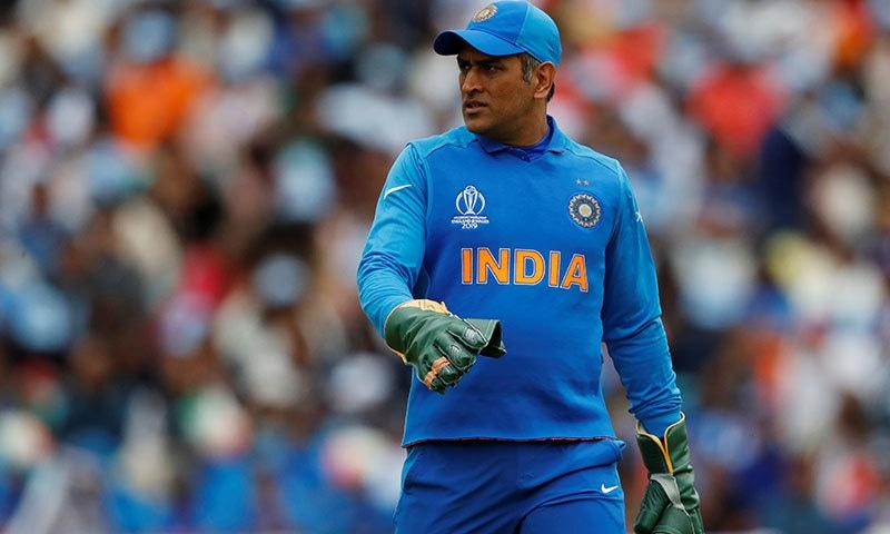 مہندرا سنگھ دھونی آج آسٹریلیا کے خلاف میچ میں بغیر نشان والے دستانوں کے ساتھ شریک ہوئے— فوٹو: رائٹرز