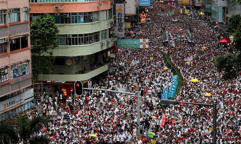 بِل چینی حکومت کی خواہش ہر پیش کیا گیا، مظاہرین  — فوٹو: رائٹرز