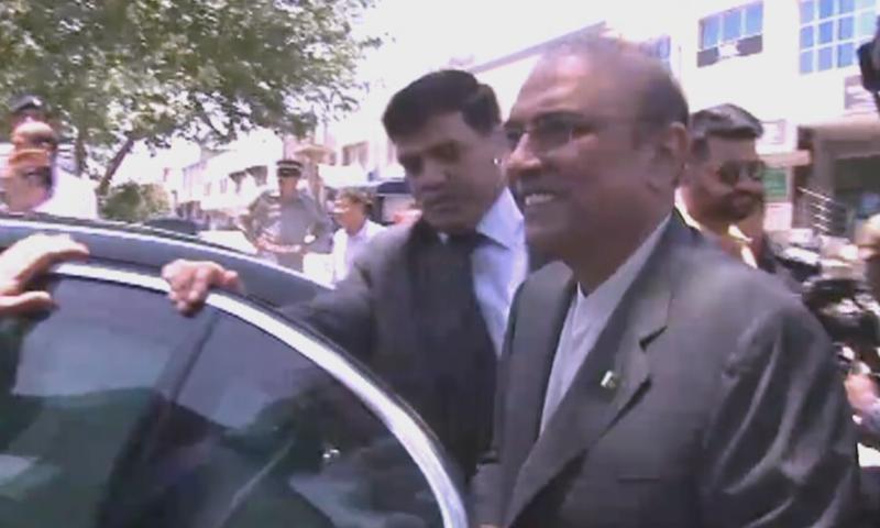 آصف زرداری اپنی صاحبزادی آصفہ بھٹو کے ہمراہ عدالت پہنچے، فوٹو: ڈان نیوز