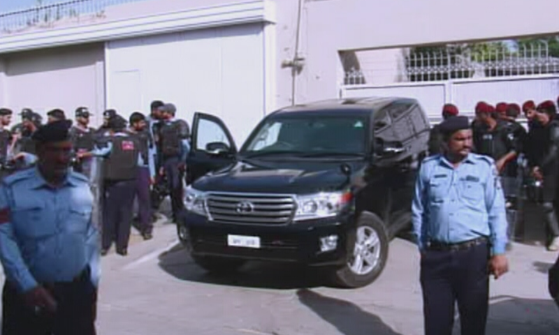 Police personnel and NAB officials are seen outside Asif Ali Zardari's residence in Islamabad. — DawnNewsTV