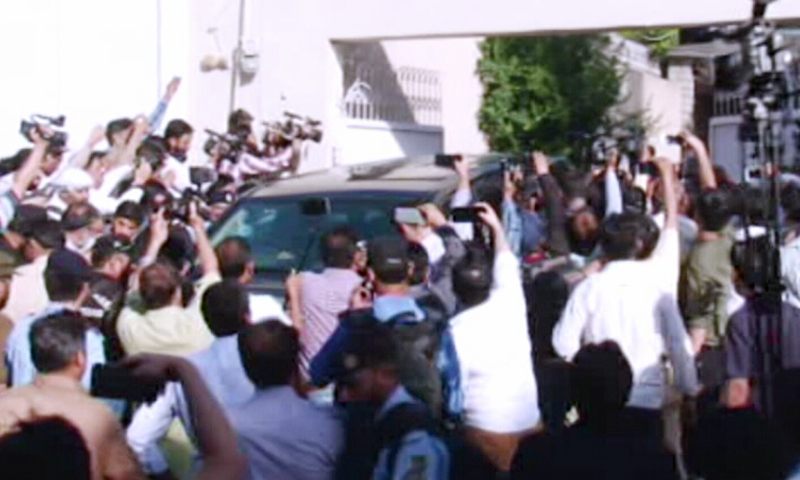 Media personnel and supporters surround the vehicle carrying PPP co-chairman Asif Ali Zardari following his arrest. — DawnNewsTV