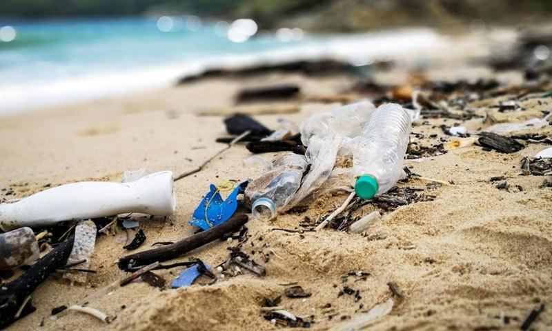 ساحل سمندر کی ریت میں بھی پلاسٹک موجود ہوتا ہے، رپورٹ