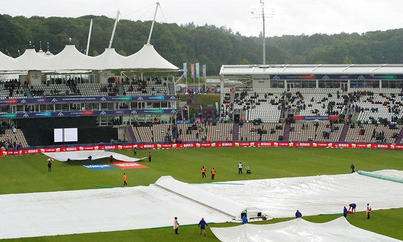 بارش کے سبب میدان کے بیشتر حصے کو کورز سے ڈھک دیا گیا تھا— فوٹو: رائٹرز