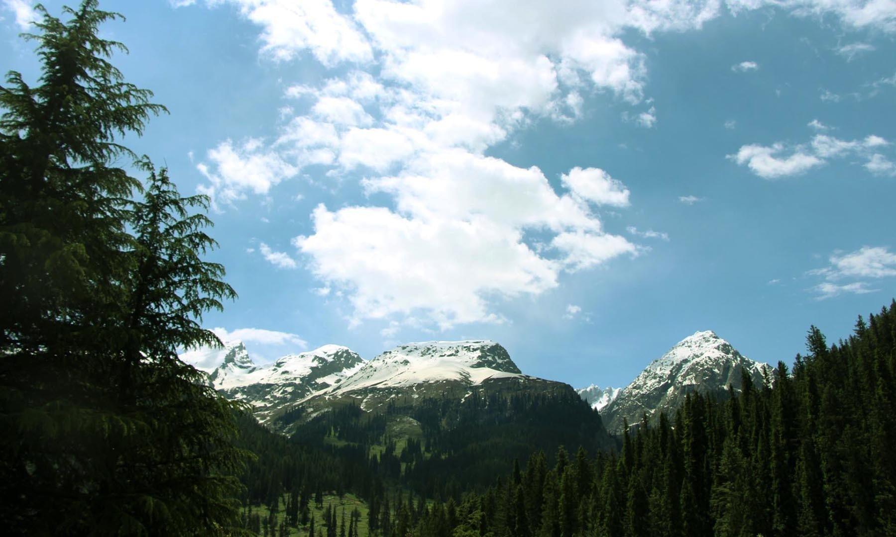 اتروڑ میں موسمِ گرما میں ہر روز دوپہر کے بعد بادلوں کے ایسے ٹکڑے آنکھ مچولی کھیلتے دیکھے جاسکتے ہیں—امجد علی سحابؔ