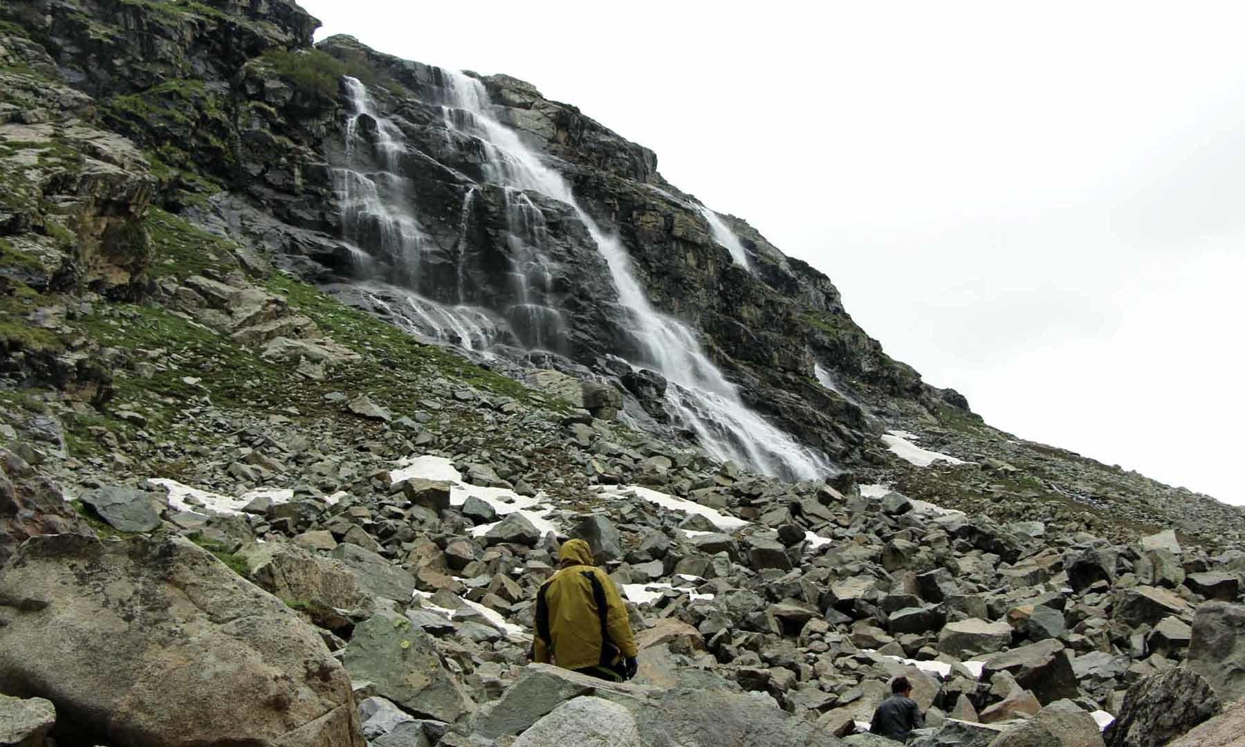 ازمس جھیل کے راستے میں آنے والی خوبصورت آبشار—امجد علی سحابؔ
