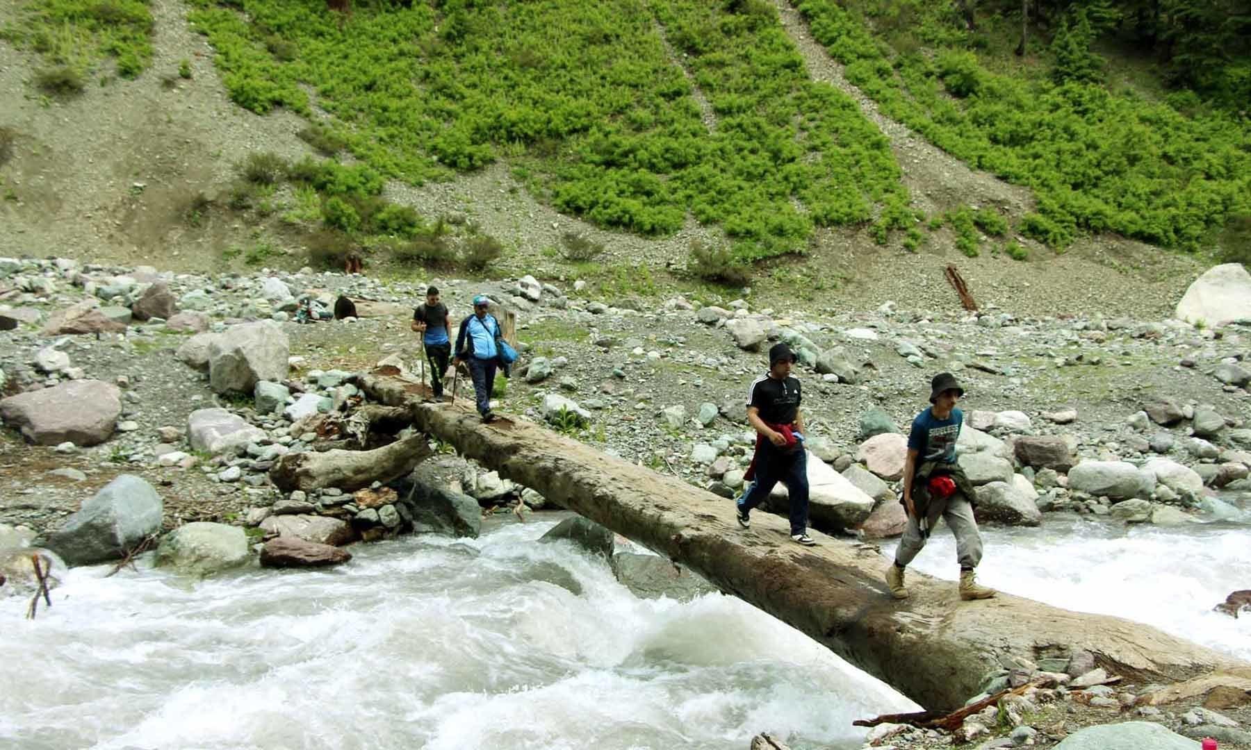جنگل کا راستہ شروع ہونے سے پہلے دریا پر بنایا گیا مقامی پل—امجد علی سحابؔ