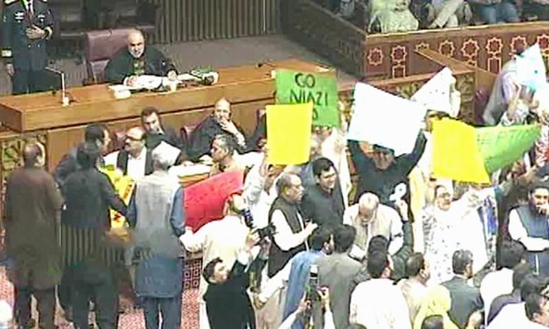 اپوزیشن اراکین نے اسپیکر ڈائس کے سامنے جمع ہو کر وزیراعظم عمران خان کے خلاف نعرے بازی کی—فوٹو:ڈان نیوز