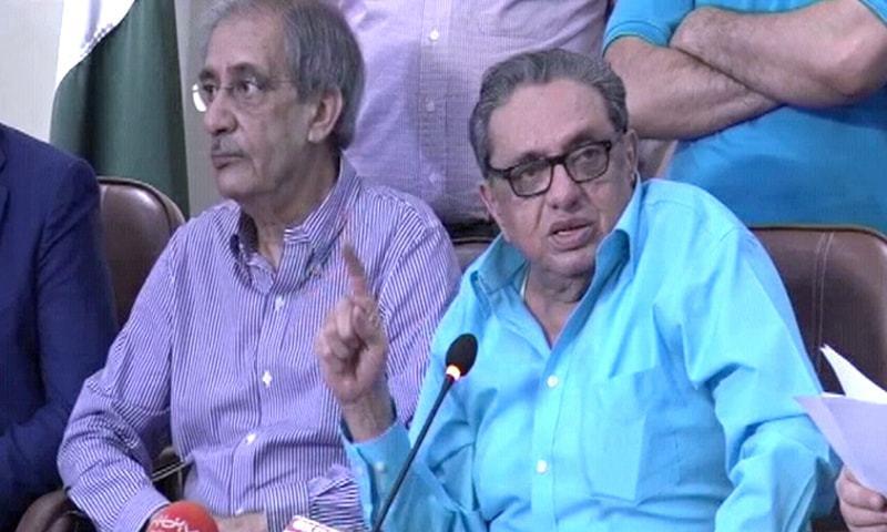بجٹ تقریر کے بعد کراچی چیمبر آف کامرس میں تاجر برادری پریس کانفرنس کر رہی ہے — فوٹو: ڈان نیوز
