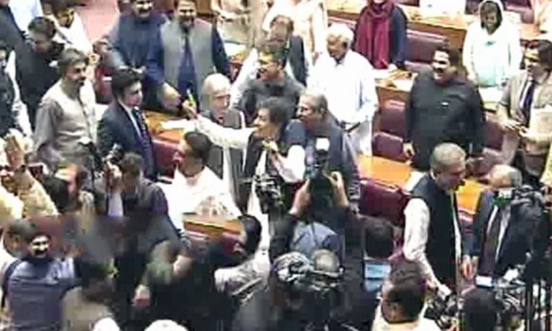 وزیراعظم عمران خان کے خلاف اپوزیشن نے نعرے لگائے—فوٹو:ڈان نیوز