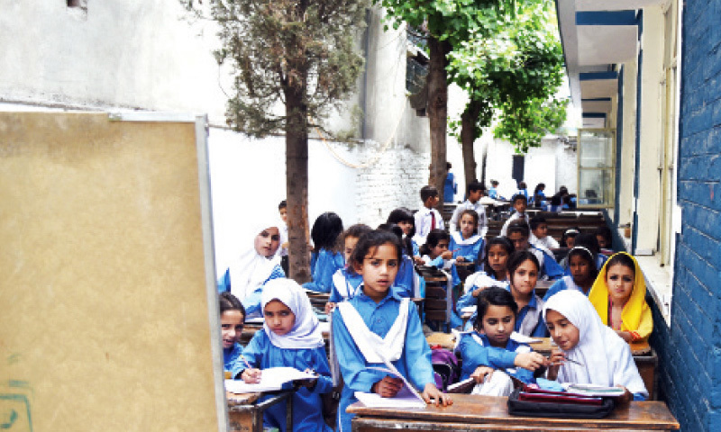 حکومت نے بچوں کو اسکول بھیجنے کے لیے ترغیب دینے کا بھی عزم ظاہر کیا—فائل/فوٹو:خرم امین