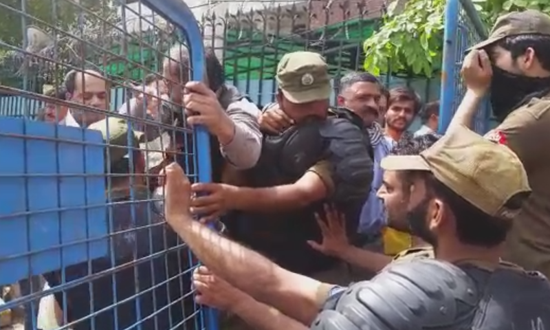 PML-N workers clashed with police. — DawnNewsTV