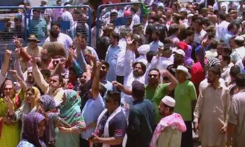 پنجاب پولیس نے پرانا تھانہ انار کلی میں لیگی کارکنوں کے خلاف مقدمہ درج کیا۔ —  فوٹو: ڈان نیوز