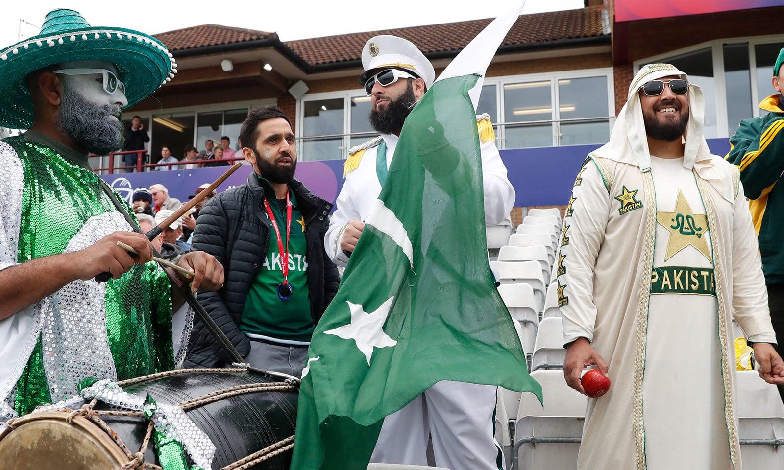 قومی ٹیم کے مداح پاکستانی پرچم تھامے اسٹیڈیم پہنچے تھے—فوٹو:اے پی