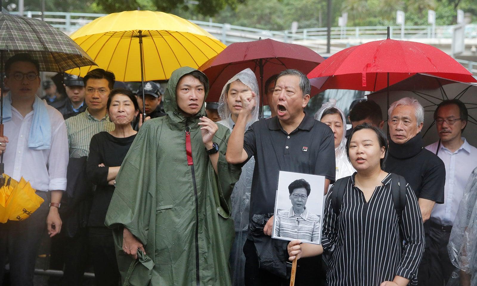 ہانک کانگ میں جمہوریت پسند قانون سازوں نے بھی احتجاج کیا — فوٹو: رائٹرز