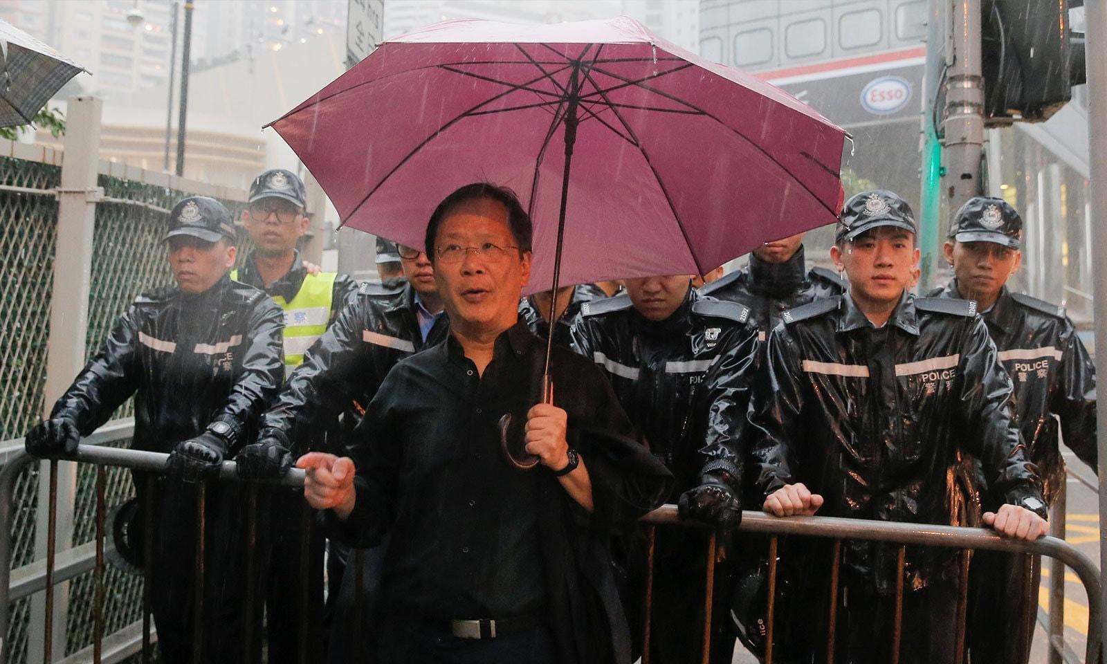 پولیس نے سوک پارٹی کے رکن کو گورنمنٹ ہاؤس جانے سے روک دیا — فوٹو: رائٹرز