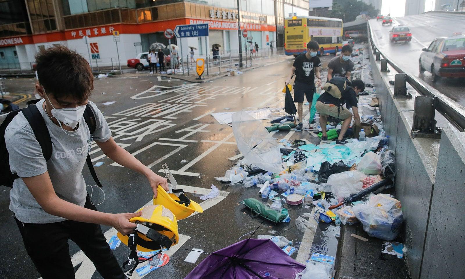 متنازع قانون کے خلاف احتجاج   کے باعث شہر میں کچرے کے ڈھیر موجود ہیں — فوٹو: رائٹرز