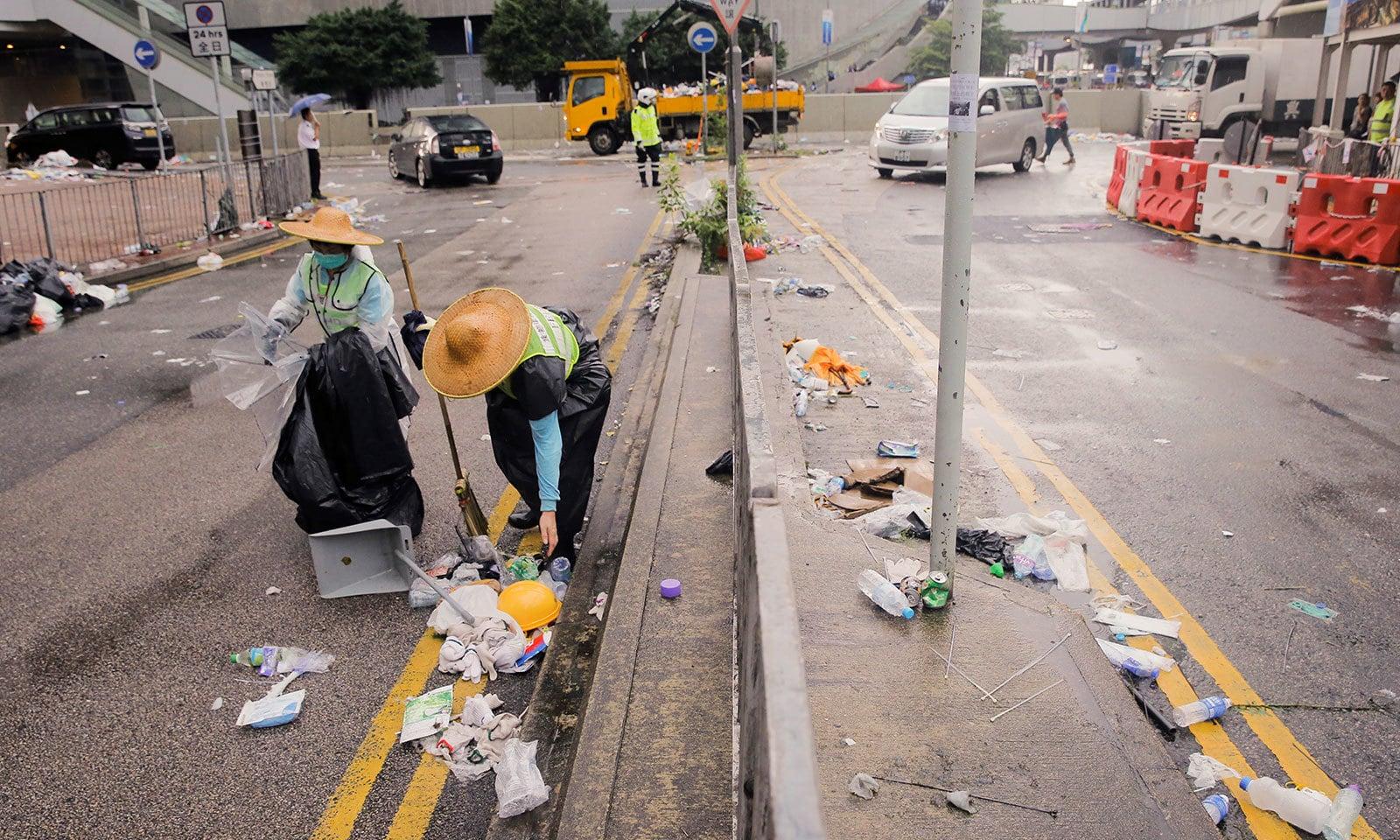 احتجاج کے بعد شہر کی سڑکوں کی صورتحال ابترر دکھائی دی — فوٹو: رائٹرز