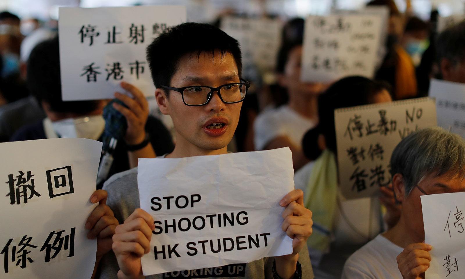 مظاہرین نے طلبا پر فائرنگ نہ کرنے کا مطالبہ بھی کیا — فوٹو: رائٹرز