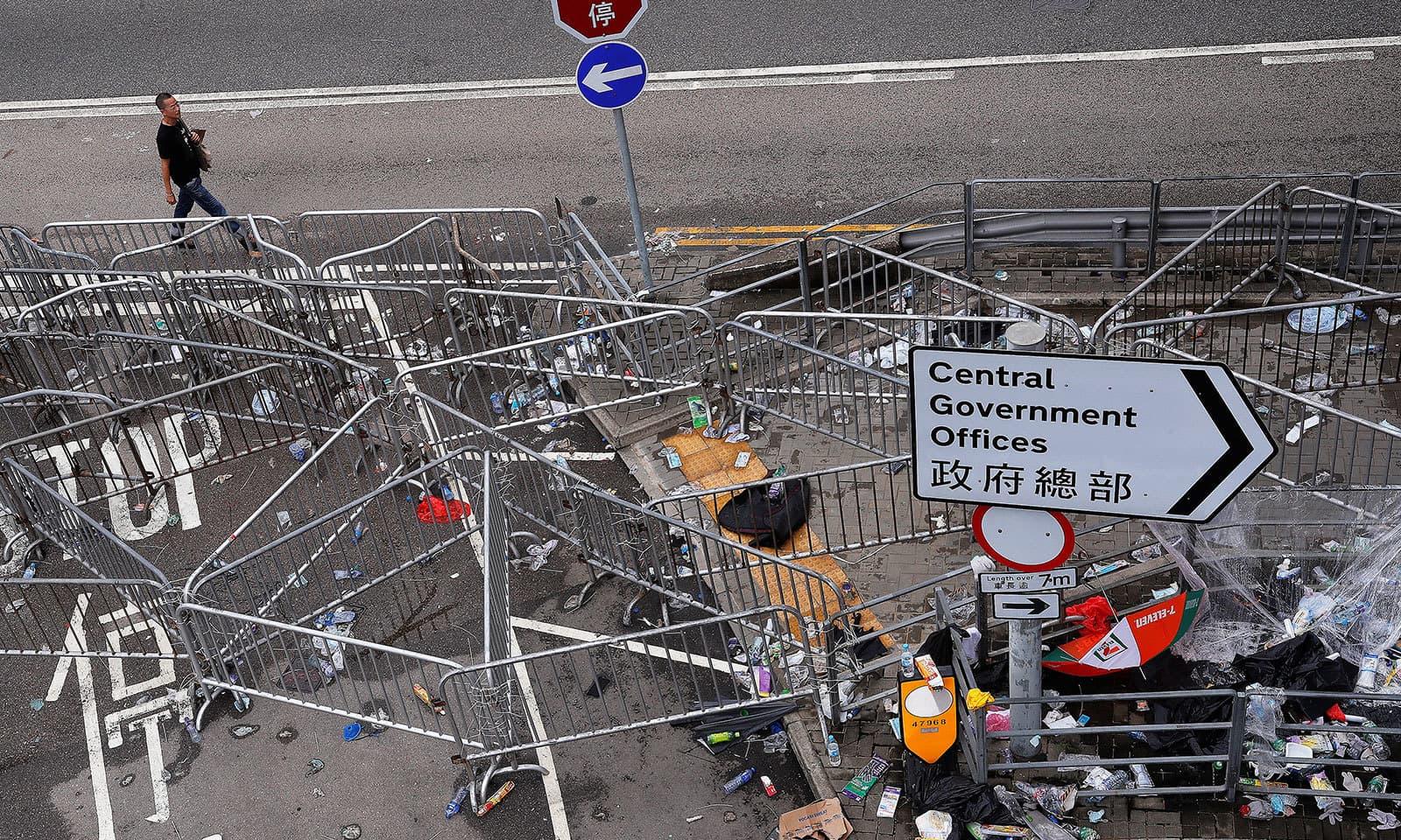 ہانک کانگ میں سرکاری دفاتر جانے والے راستوں کو بھی بند کردیا گیا — فوٹو: رائٹرز