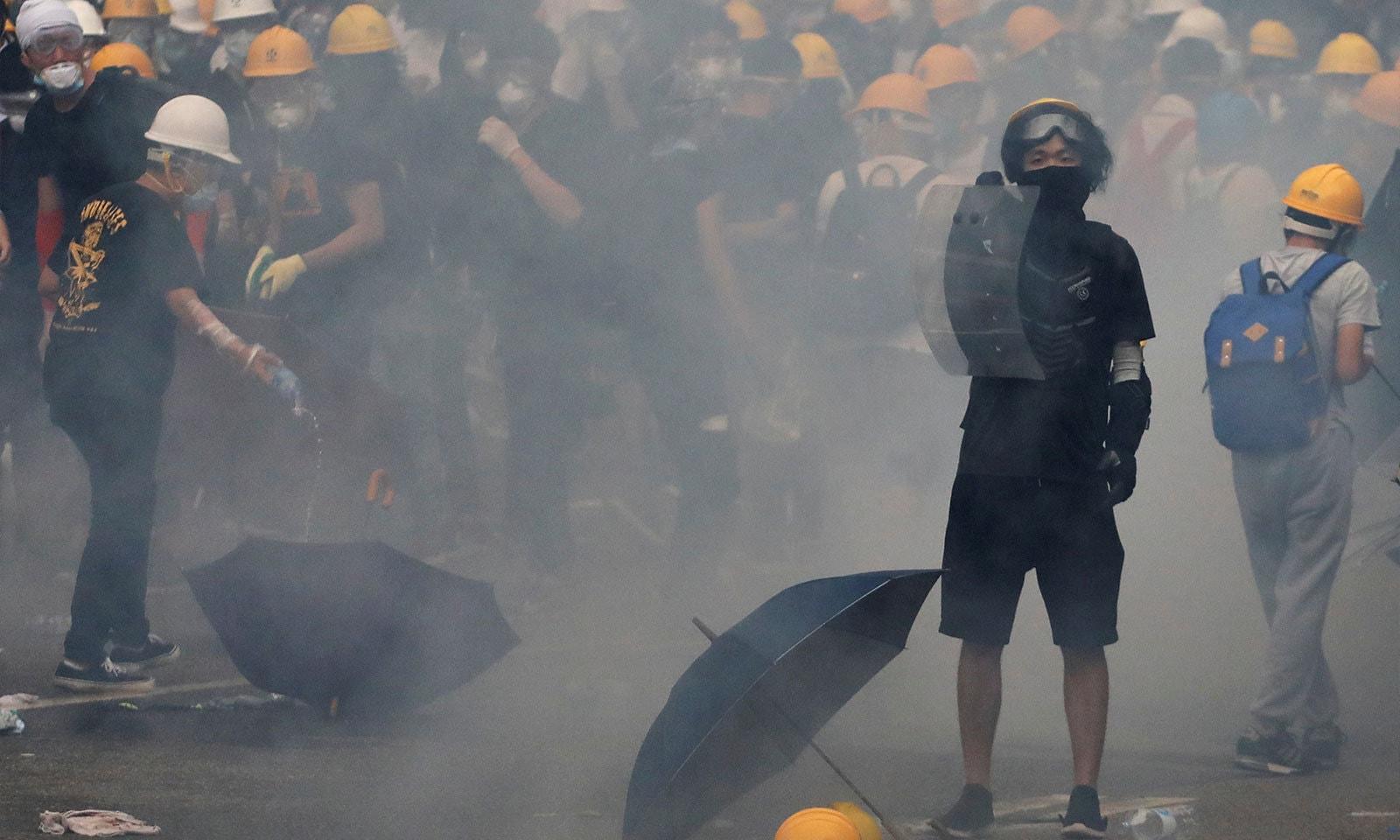 گزشتہ روز احتجاج میں پولیس نے مظاہرین پر آنسو گیس کی شیلنگ کی — فوٹو: رائٹرز
