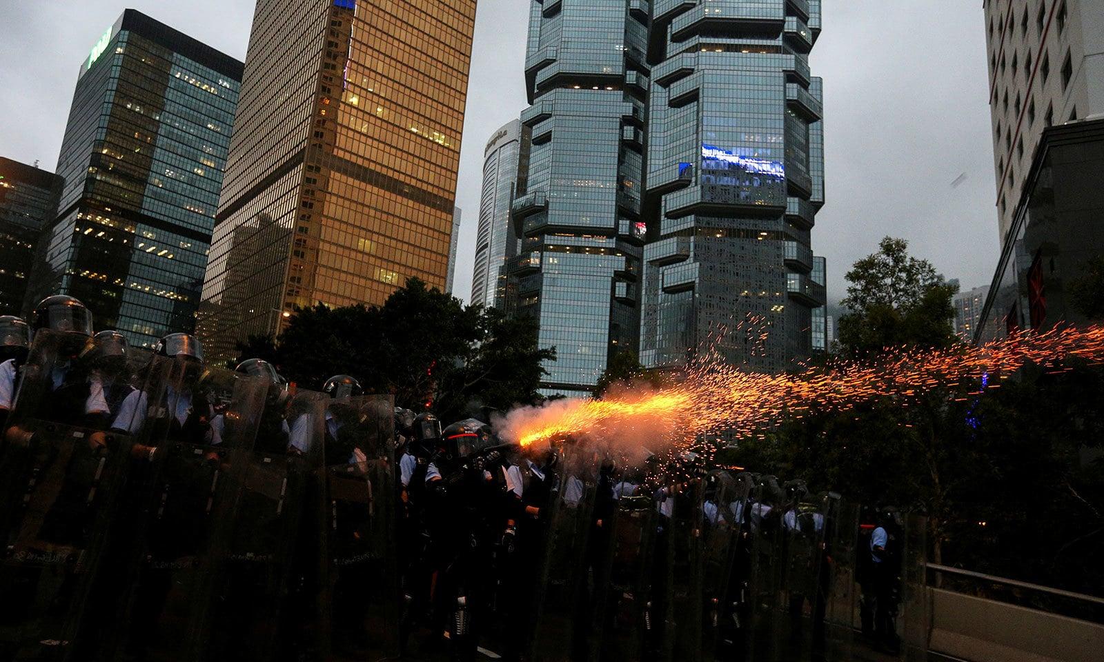 احتجاج کے درمیان پولیس اور مظاہرین کے درمیان جھڑپیں بھی ہوئیں — فوٹو: رائٹرز