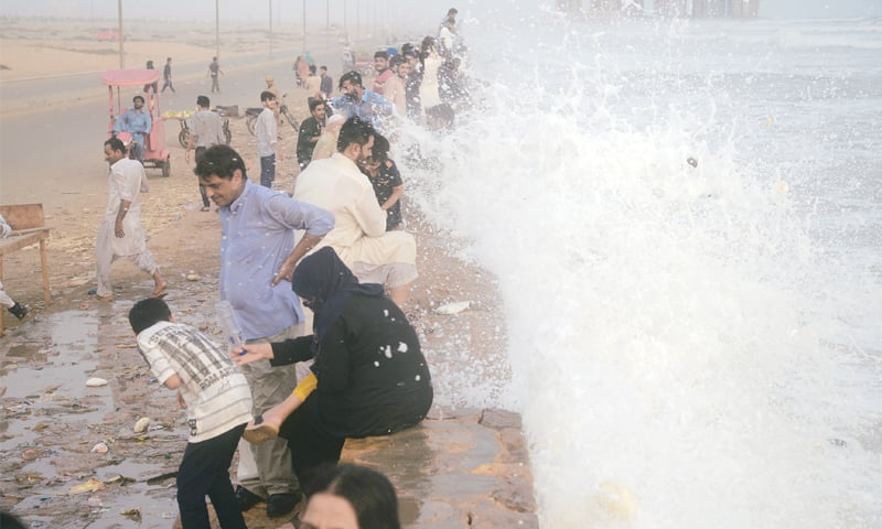 Karachi sizzles as heatwave conditions to persist till Saturday