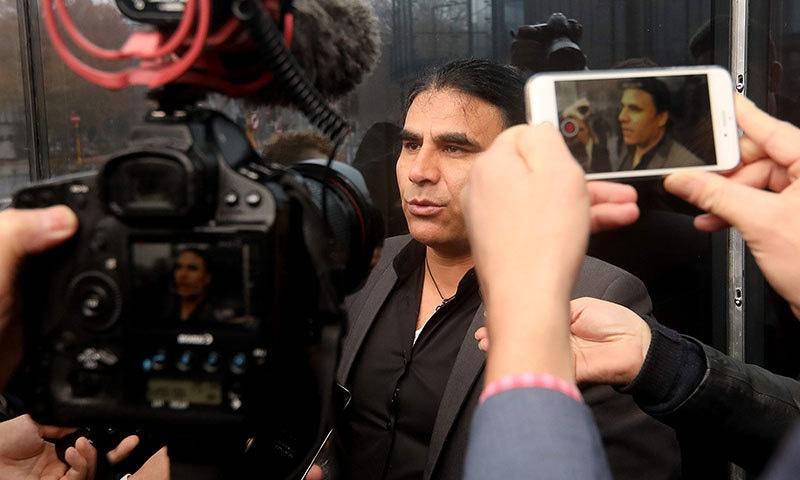 دہشت گرد کے خلاف کیس لڑنے والے وکیل عبدالعزیز عدالت کے باہر میڈیا کو تفصیلات بتا رہے ہیں—فوٹواے ایف پی