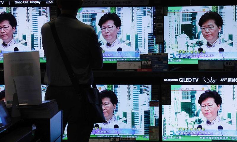 قانون ملتوی کرنے کا اعلان ہانگ کانگ کی چیف ایگزیکٹو نے پریس کانفرنس کے دوران کیا — فوٹو: اے پی