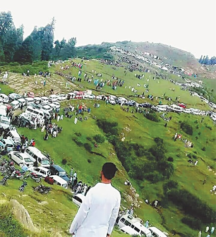 Domestic tourists en route to Naran on the eve of Eid holidays, 2018 | Photos by the writer