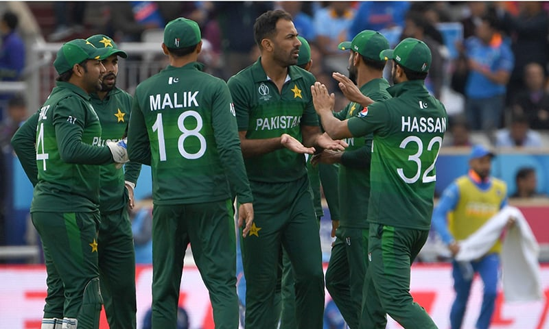 Wahab Riaz (C) celebrates with teammates after the dismissal of India's KL Rahul during the 2019 Cricket World Cup group stage match between India and Pakistan. — AFP