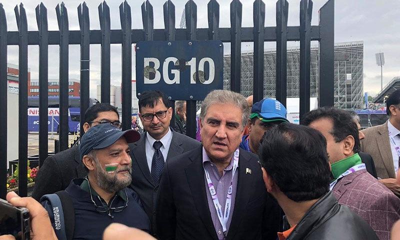 شاہ محمود قریشی پاکستانی تماشائی سے گفتگو کر رہے ہیں۔ — فوٹو: فاروق شاہ