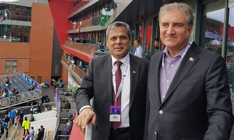 وزیرخارجہ شاہ محمود قریشی برطانیہ میں پاکستانی ہائی کمشنر نفیس ذکریا کے ہمراہ اسٹیڈیم میں موجود ہیں۔ — فوٹو: فاروق شاہ