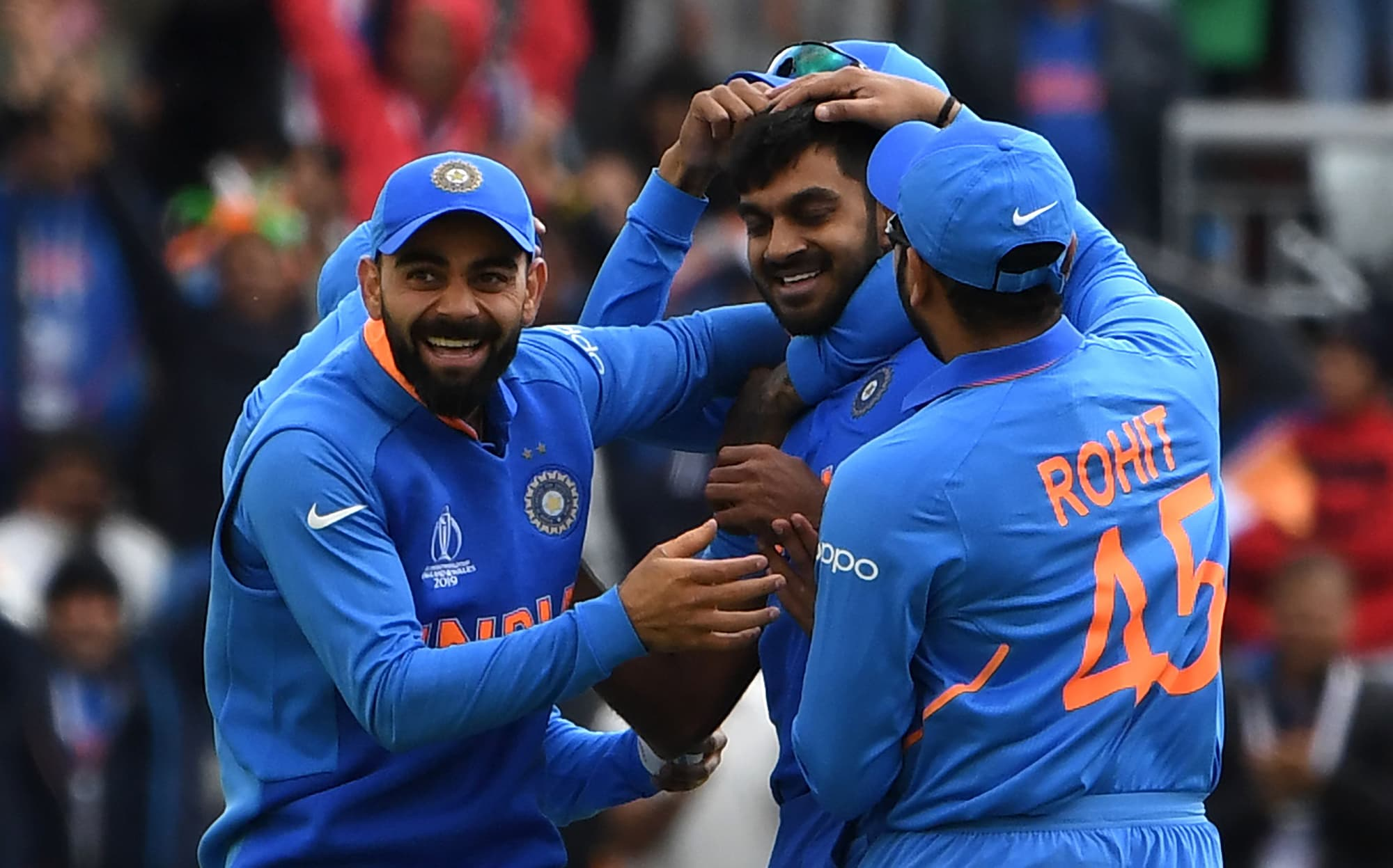 Vijay Shankar (C) celebrates with India's captain Virat Kohli (L) and teammates after the dismissal of Imamul Haq. ─ AFP