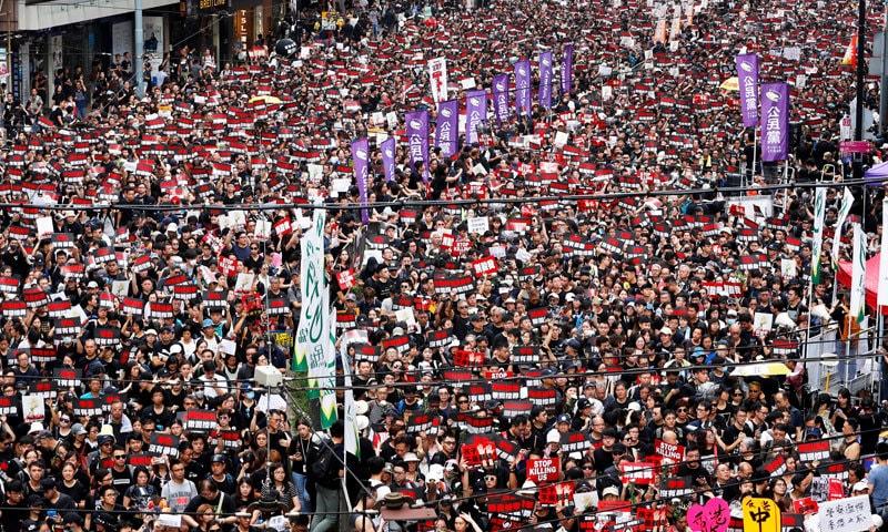 مظاہرین نے کیرم لام کے استعفے کا مطالبہ کیا — فوٹو: رائٹرز