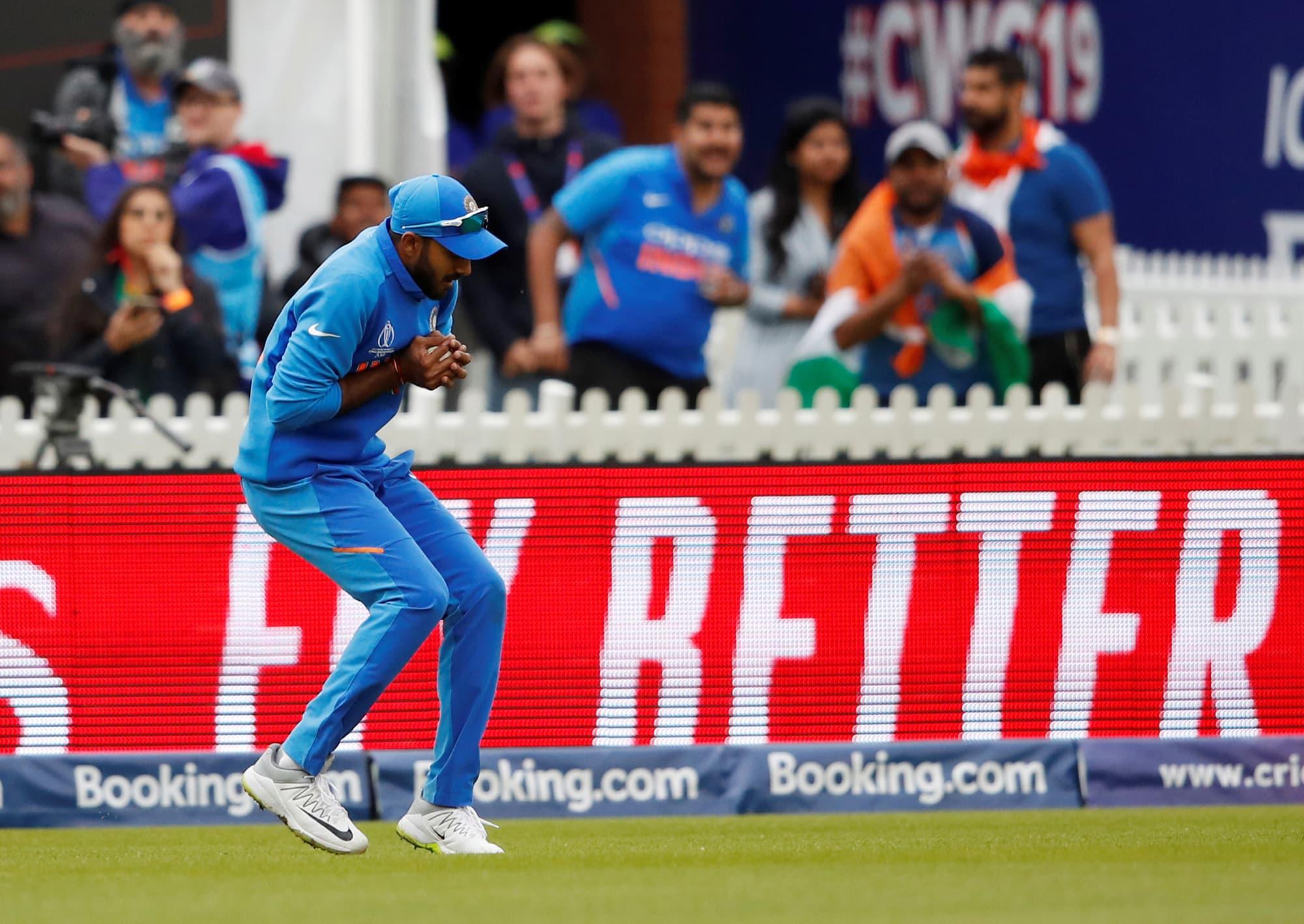 Vijay Shankar catches Mohammad Hafeez. ─ Reuters