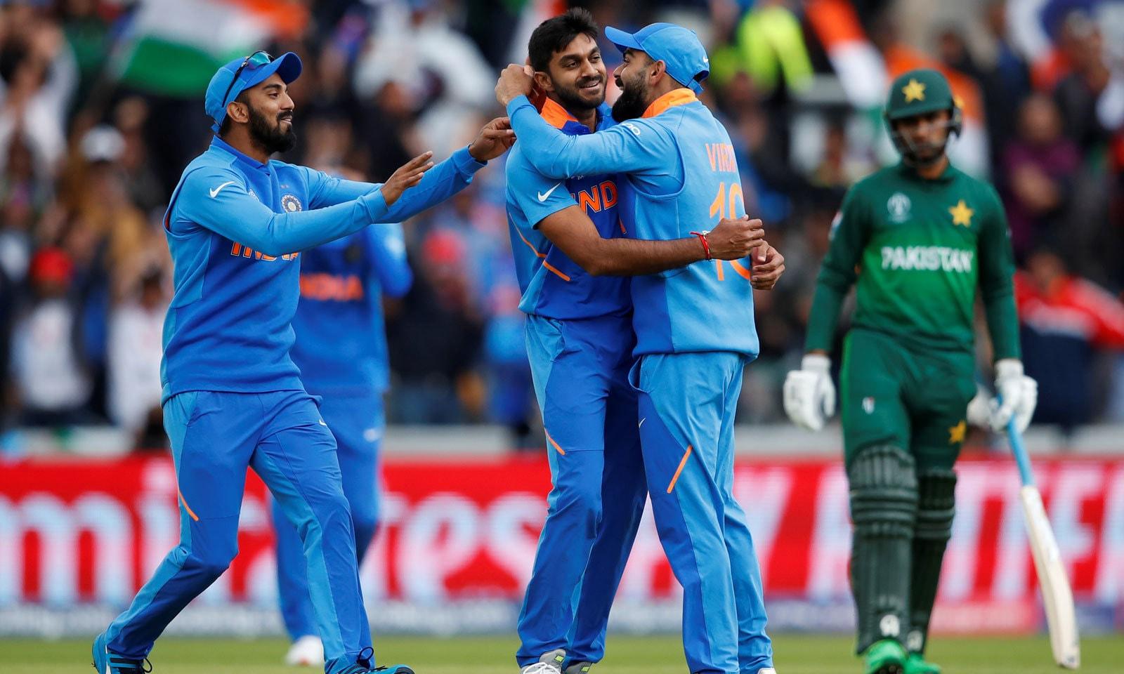 وجے شنکر نے ورلڈ کپ میں اپنی پہلی ہی گیند پر امام الحق کی وکٹ لی— فوٹو: رائٹرز