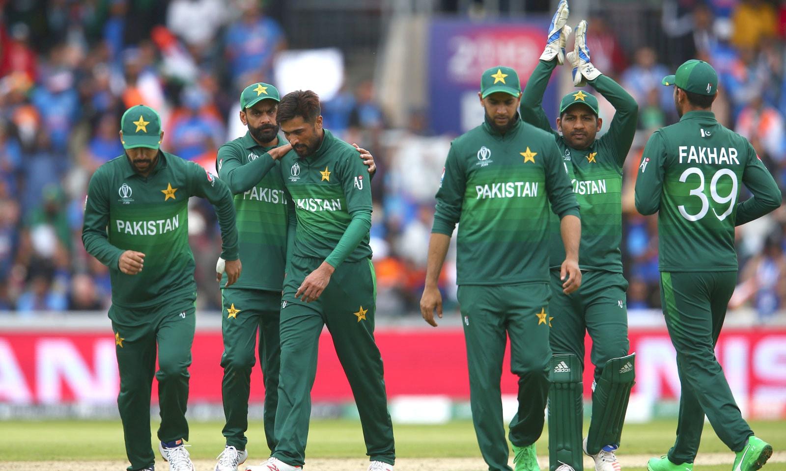 پاکستان کی جانب سے اس میچ میں بھی سب سے کامیاب باؤلر محمد عامر رہے جنہوں نے 3وکٹیں لیں— فوٹو: اے پی