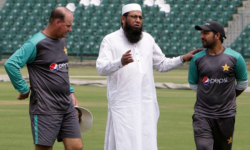 قومی ٹیم کے ہیڈ کوچ مکی آرتھر اور انضمام الحق کے عہدوں کے ساتھ ساتھ سرفراز احمد کی بھی کپتانی بھی خطرے میں ہے— فائل فوٹو: اے پی