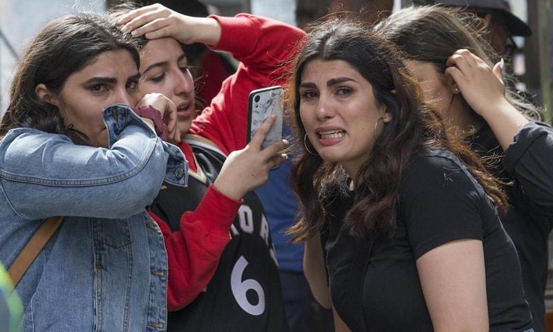 فائرنگ کے بعد خوفزدہ ہجوم باہر کی جانب بھاگا—فوٹو: دی اسٹار