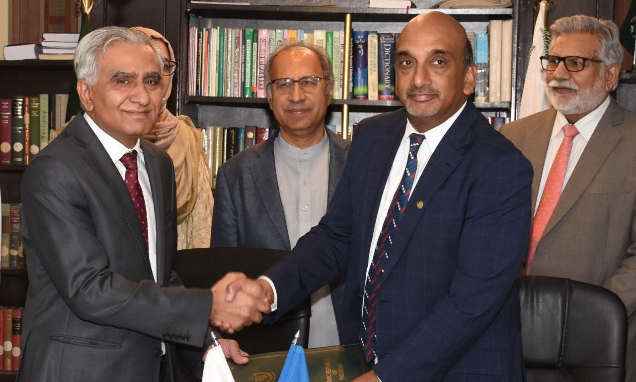 مشیر خزانہ ڈاکٹر عبدالحفیظ   شیخ کی موجودگی میں معاہدے پر دستخط ہوئے—فوٹو: اقتصادی امور ڈویژن