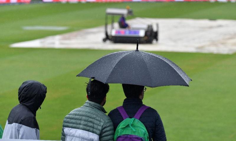انگلینڈ جیسا ملک کہ جہاں بارش کا خطرہ ہر وقت موجود رہتا ہے، وہاں پر ہونے والے ٹورنامنٹ سے قبل بارش سے نمٹنے کے لیے خاطر خواہ انتظامات نہیں کیے گئے—اے ایف پی، سعید خان