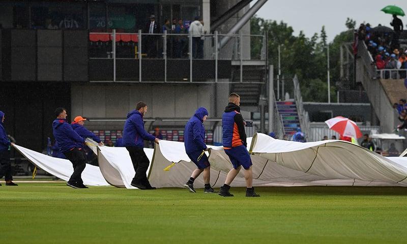 بارش کی وجہ سے میچ متاثر ہونے پر کھلاڑی اور شائقین کرکٹ دونوں ہی مایوس ہوتے ہیں—اے ایف پی