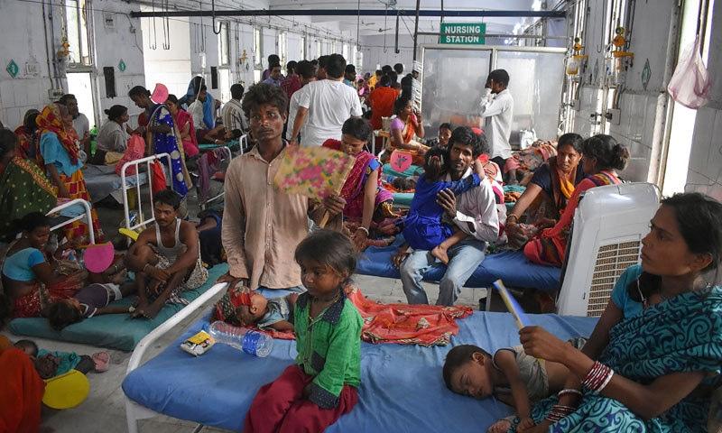 بہاار میں اس وقت  100سے زائد بچے زیر علاج ہیں اور بستروں کی کمی کی وجہ سےمشکلات کا شکار ہیں — فوٹو: اے ایف پی