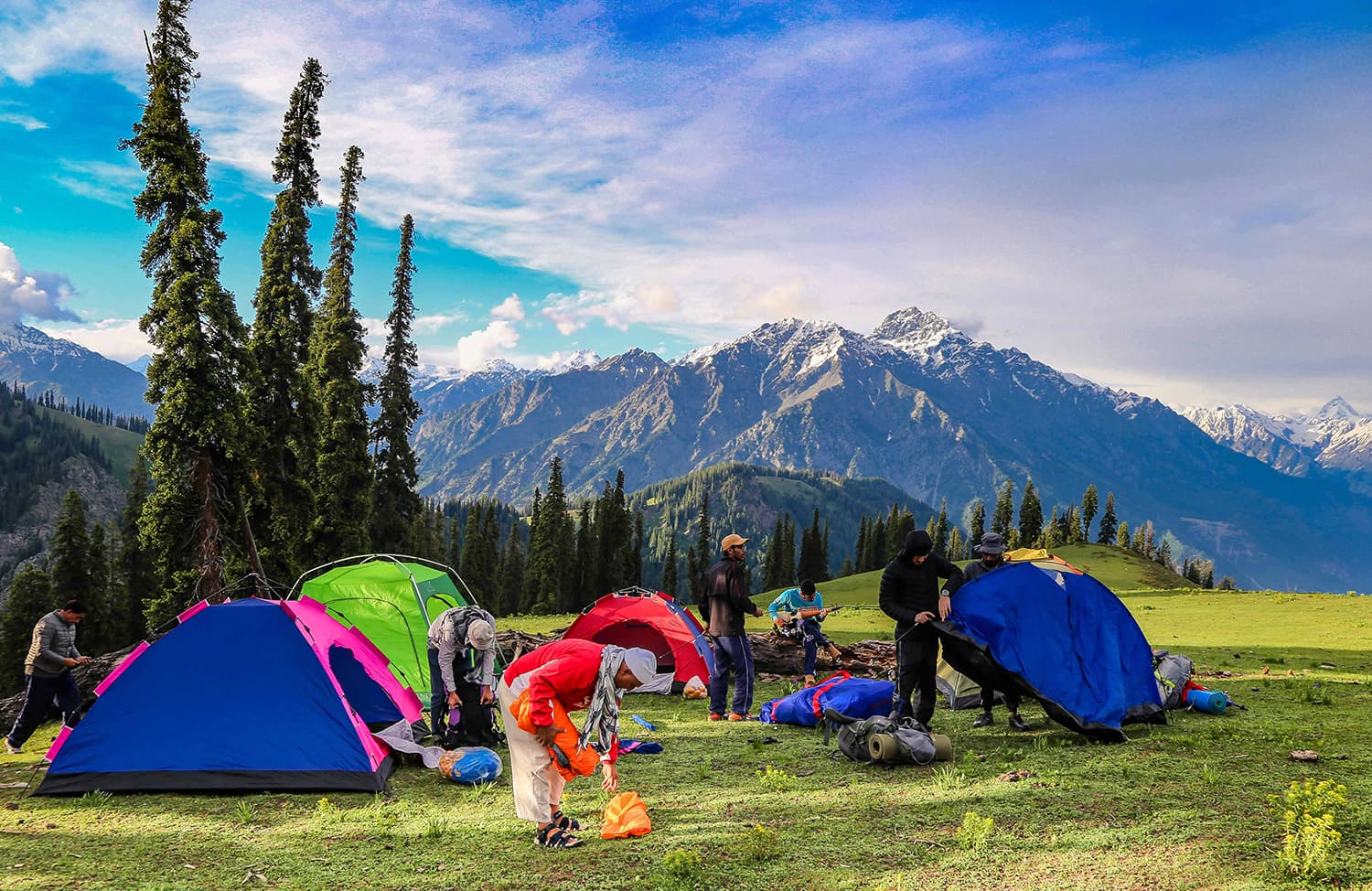 Trekkers set up camp at Chinaitshing meadows. ─ Photo by author