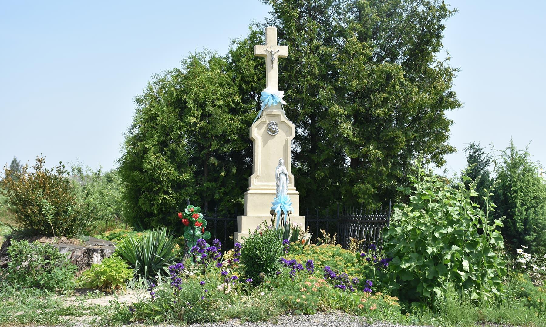 سفر کے دوران اکثر گاؤں کے موڑ پر بڑا کھمبا نما صلیب کا نشان دکھائی دیتا