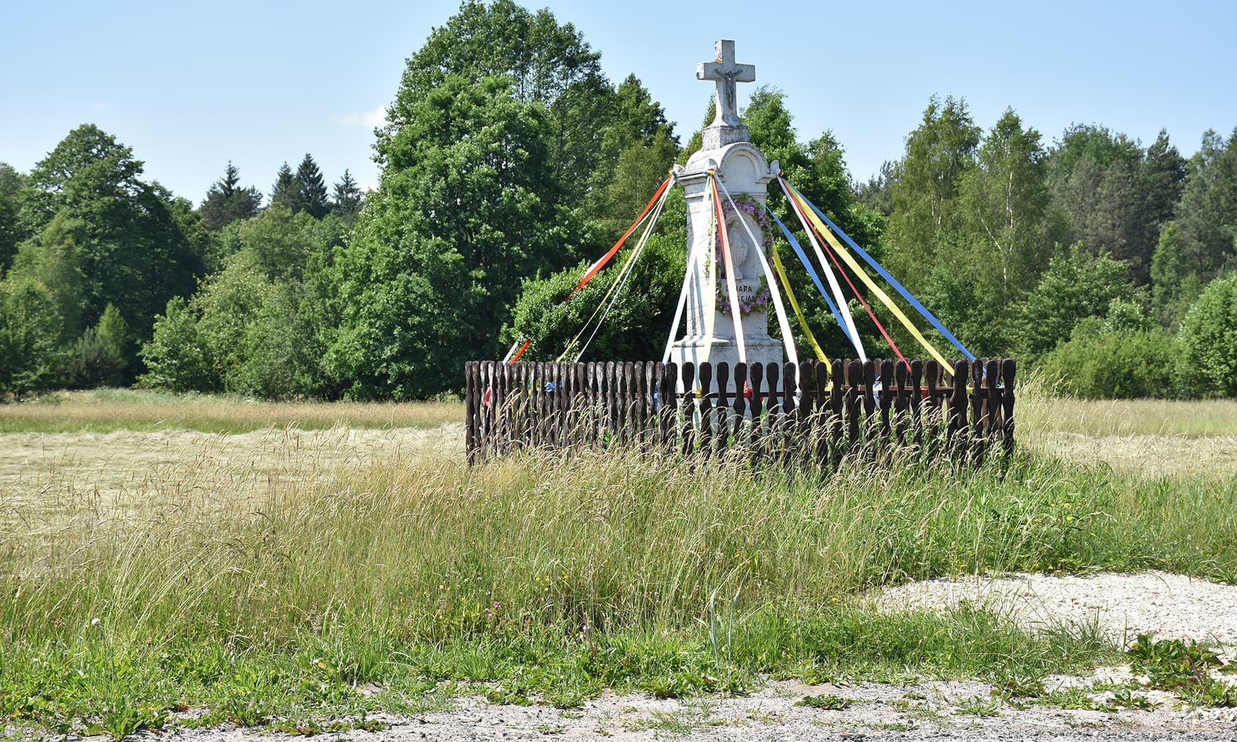 سفر کے دوران جابجا صلیبیں ایستادہ نظر آتی ہیں